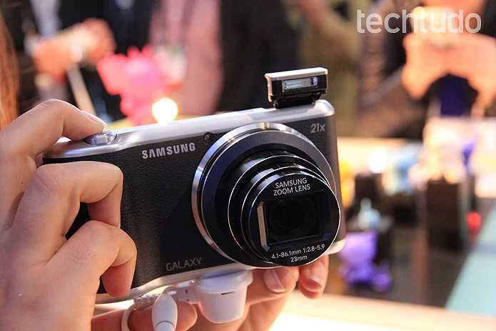 Com o mesmo design de sua antecessora, a Galaxy Camera 2 parece, mas não é um celular (Foto: Isadora Diaz/TechTudo)