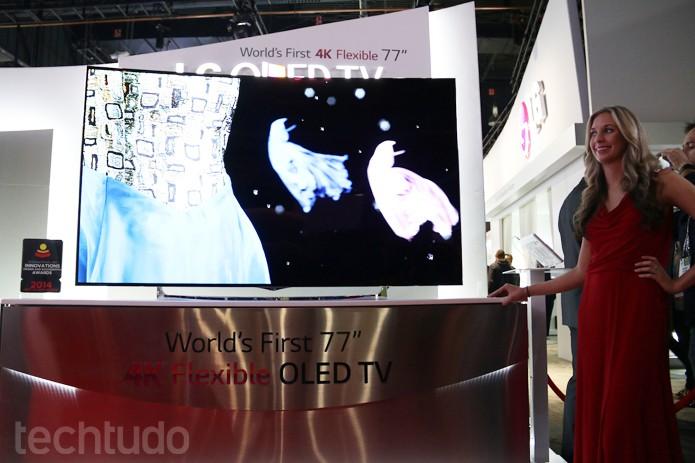 LG OLED Flex TV é o centro das atenções no estande da companhia (Foto: Fabrício Vitorino/TechTudo)