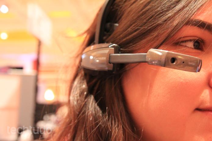 Concorrente do Google Glass, o Vuzix M100 vem com Android 4.0 e conecta-se a smartphones por Bluetooth ou Wi-Fi (Foto: Isadora Díaz/TechTudo)