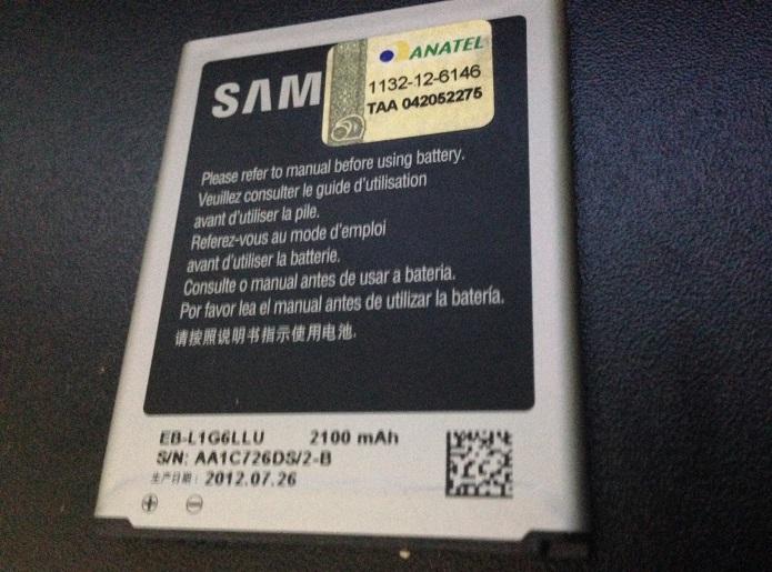 Selo da Anatel fica na bateria (Foto: Aline Jesus/TechTudo)