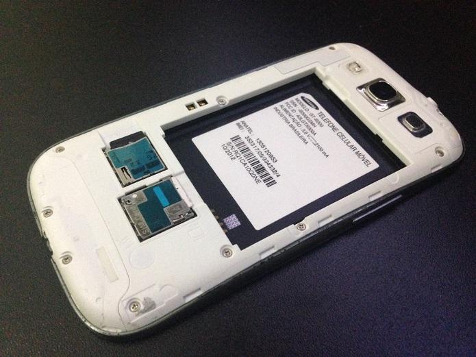 Etiqueta ajuda a saber se o S3 é original (Foto: Aline Jesus/TechTudo)