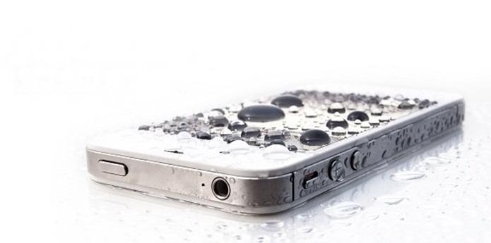 Smartphone com Ultra-ever dry, que repele líquido usando nanotecnologia (Foto: Divulgação/Liquipel)