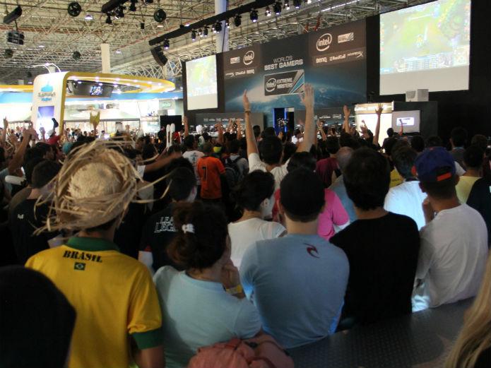 Torcedores protestam durante a final de League of Legends, na Campus Party. O time europeu não deu um momento de sossego (Foto: TechTudo/Renato Bazan)