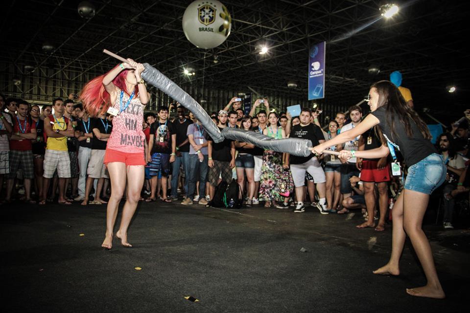Espadas improvisadas trazem divertidas batalhas a feira (Foto: Reprodução/Flickr)