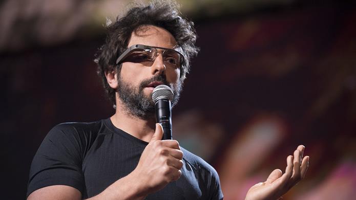 Sergey Brin, diretor executivo da Google, utilizando o óculos inteligente durante um anúncio (Foto: Divulgação/ Google)