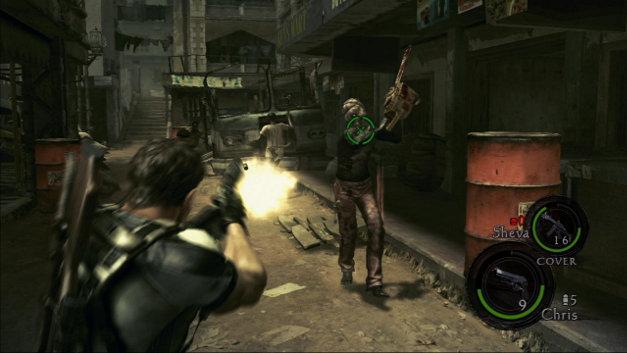 Resident Evil 5: Chris Redfield atira em inimigo que o ataca com uma serra elétrica (Reprodução/PlayStation.com)