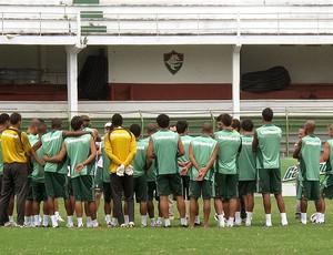 jogadores do Fluminense durante reunião no treino (Foto: Fred Huber / GLOBOESPORTE.COM)