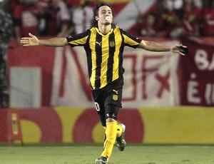 Alejandro Martinuccio comemora gol do Peñarol contra o Internacional (Foto: EFE)