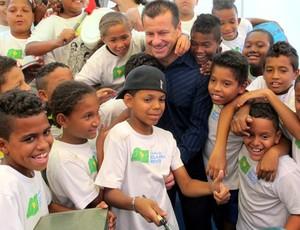 Dunga com crianças do instituto bola pra frente palestra (Foto: Gustavo Rotstein / Globoesporte.com)