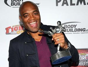 Anderson Silva com o prêmio do UFC (Foto: AFP)