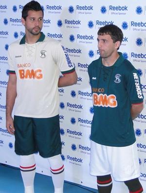 8ca290eb11 Cruzeiro homenageia Palestra e lança uniforme três