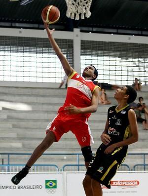 Jogador do Colégio Amorim (SP) pula para fazer a sexta contra o Colégio  Santa 89527a0497643