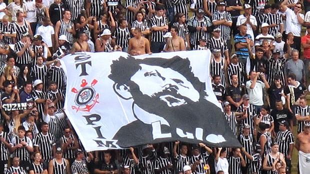 torcida do Corinthians com bandeira para Lula (Foto  Carlos Augusto Ferrari    GLOBOESPORTE. c64bcd19b3471