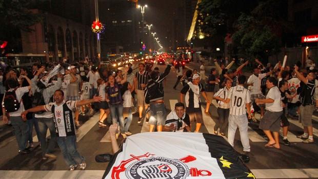 torcida do Corinthians comemora na avenida paulista (Foto: Gustavo Tilio/Globoesporte.com)