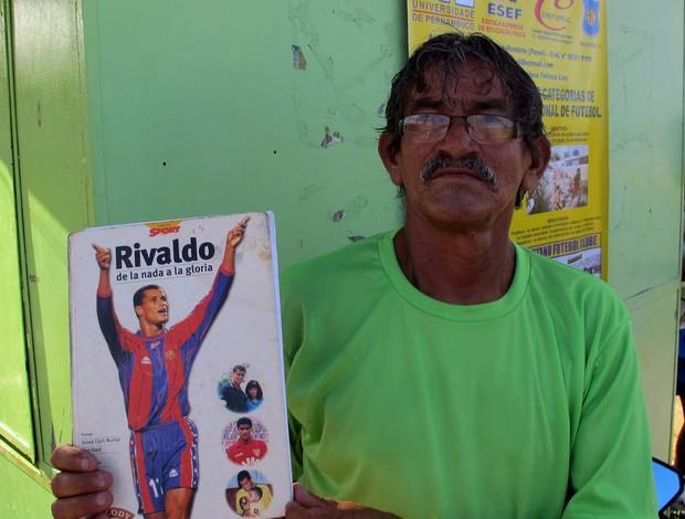 85a6645a54 Claudio Ponei com uma revista com a foto de Rivaldo (Foto  Marcelo Prado