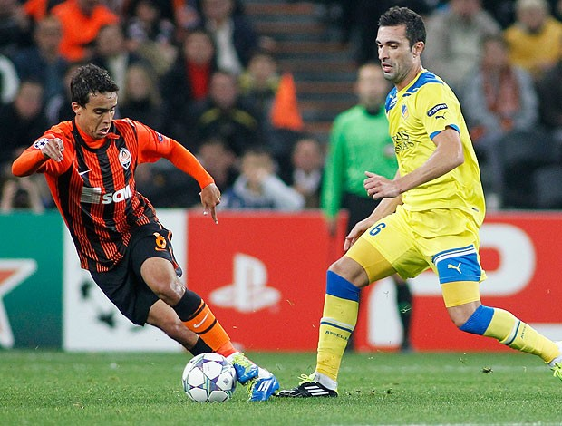 Jadson na partida do Shakhtar Donetsk contra o APOEL (Foto: Reuters)