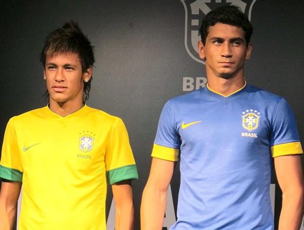 c176de29fa Neymar e Ganso apresentam a nova camisa da Seleção Brasileira (Foto  Carlos  Augusto Ferrari