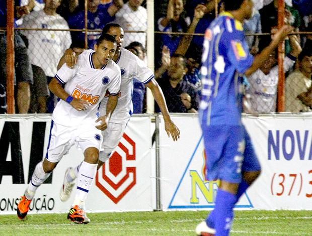 ... Wellington Paulista comemora gol do Cruzeiro (Foto  Marcelo Prates    Ag. Estado) 1248f8e904791