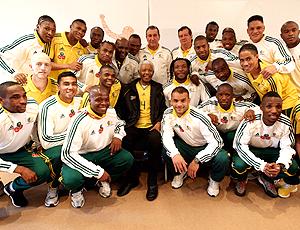 Nelson mandela posa ao lado dos jogadores da África do Sul