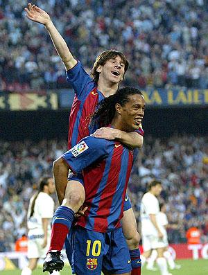 Ronaldinho Gaucho e Messi no Barcelona (Foto  Reuters) efd00ce59db9a