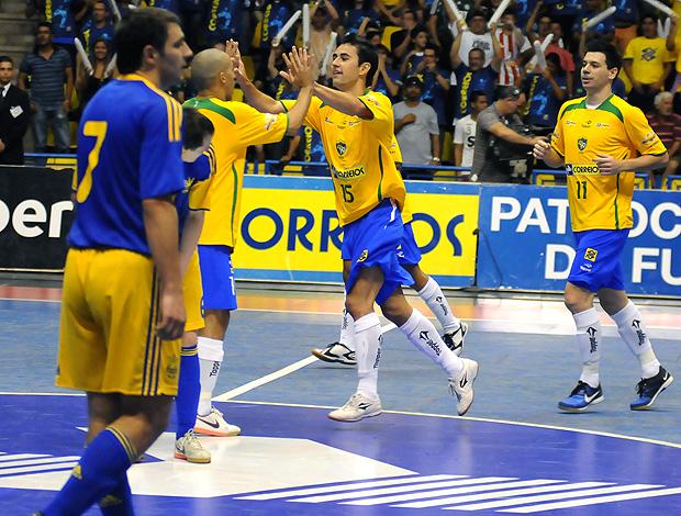 seleção de futsal comemora vitória (Foto  Luciano Bergamaschi CBFS) Brasil  marca no segundo tempo 57f166d4322eb