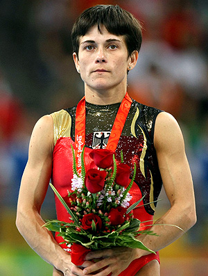 Oksana Chusovitina no pódio das Olimpíadas de Pequim (Foto: Getty Images)