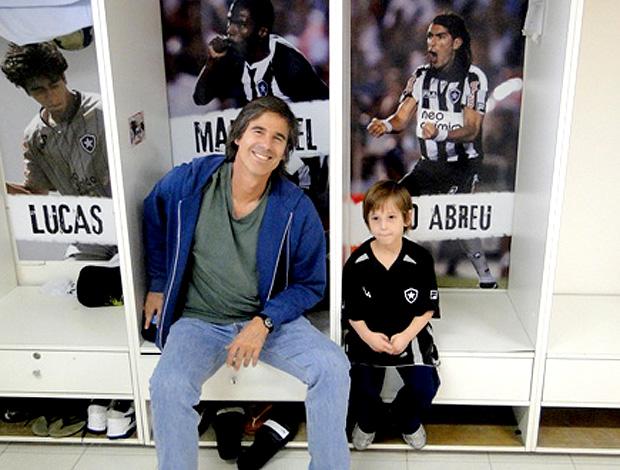 Walter Salles com o filho no Botafogo (Foto: Divulgação / Site Oficial do Botafogo)