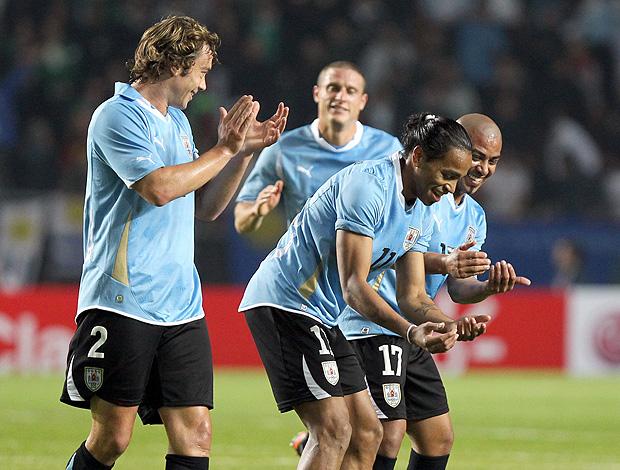 Alvaro Pereira comemorando o gol do uruguai (Foto: EFE)