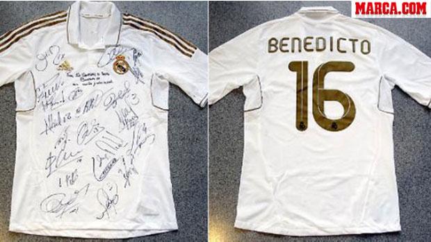 4ec8591226469 Real Madrid presenteia papa com camisa personalizada e autografada ...