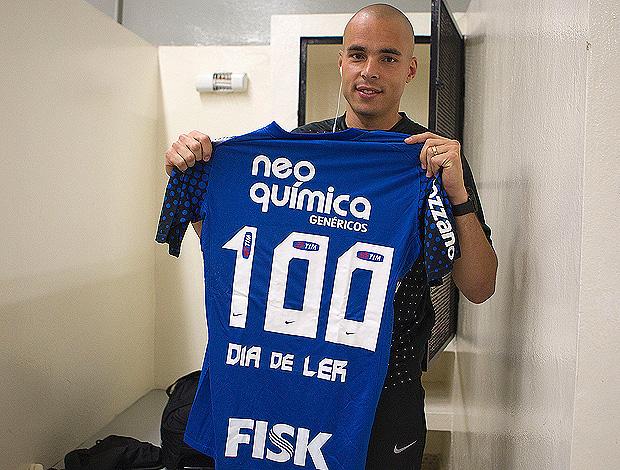 383e4040e9 Julio Cesar usa camisa especial para celebrar 100 jogos pelo Corinthians