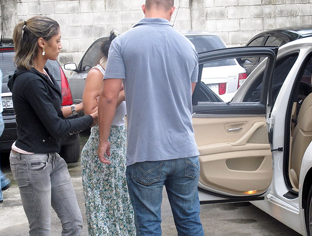Viviane Faria Adriano delegacia (Foto: Marcelo Baltar / Globoesporte.com)