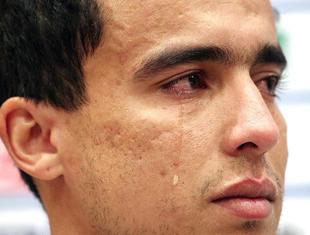 Jadson chora na despedida do Shakhtar (Foto: AFP)