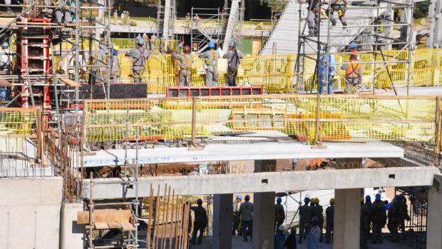 OPERARIO; obra salvador (Foto: Eric Luis Carvalho/Globoesporte.com)