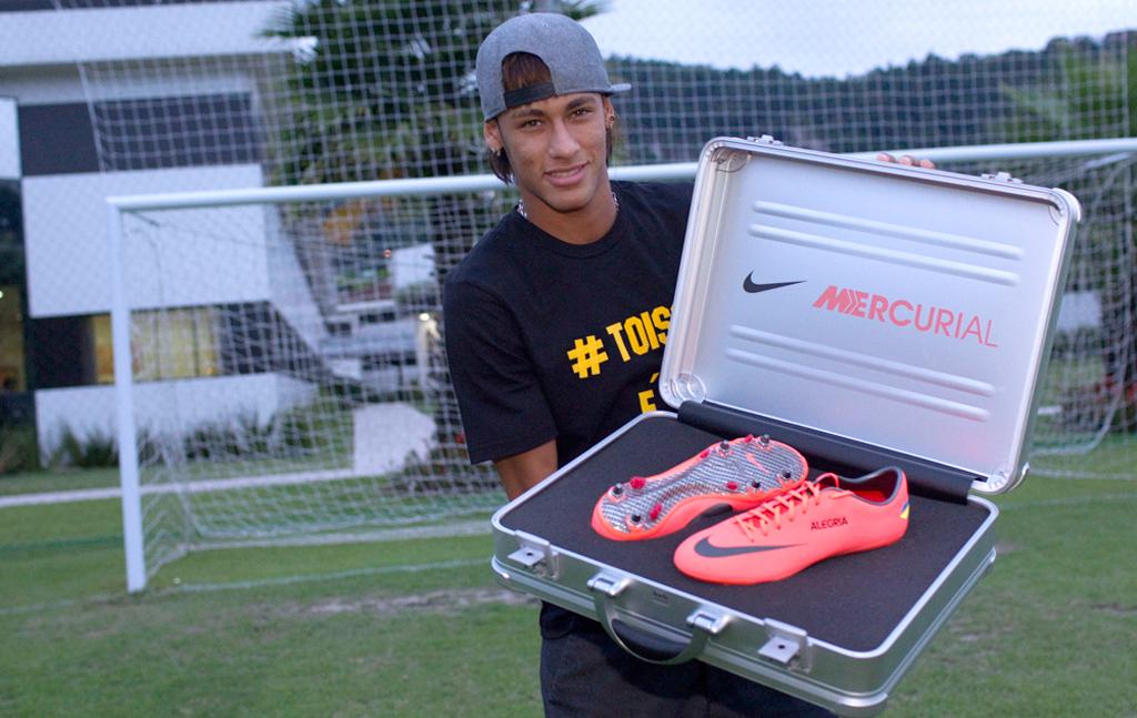 7d77b11ea3448 Neymar lança moda, e jogadores do Flu estreiam nova chuteira |  globoesporte.com