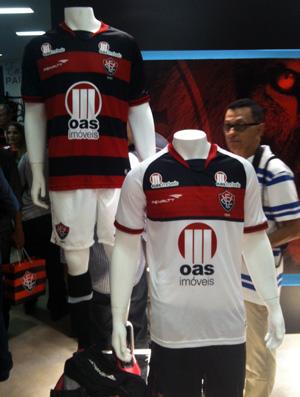 5320ee9ac1 Com Nicole Bahls e Anamara, Vitória lança novo uniforme e loja oficial    globoesporte.com