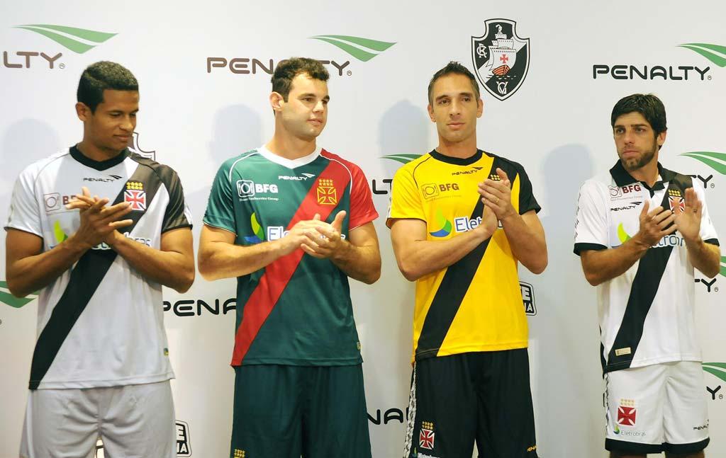 Vasco lança seus novos uniformes com inspiração retrô  855743915c457