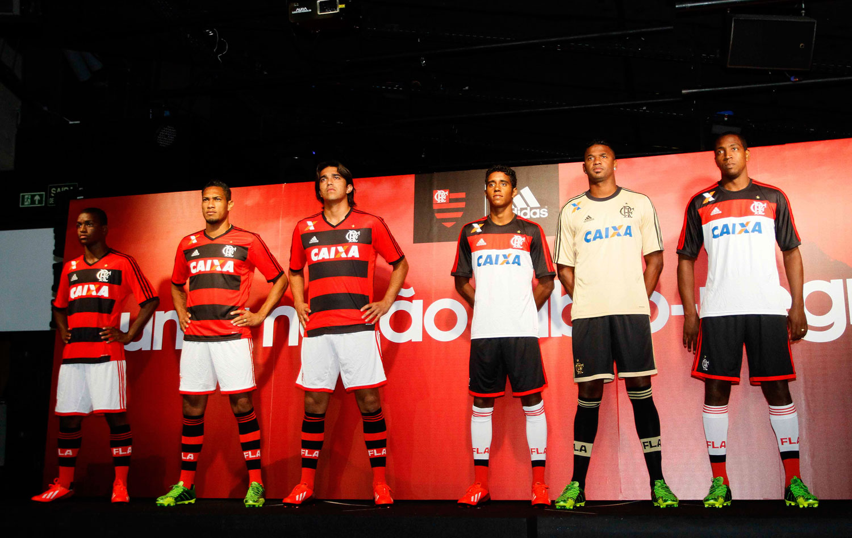 Flamengo lança novos uniformes com superfesta no Rio  ad7171a89dcce