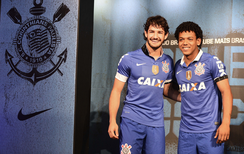 Corinthians lança camisa azul para lembrar o dia em que foi Brasil ... b7abe87c83825