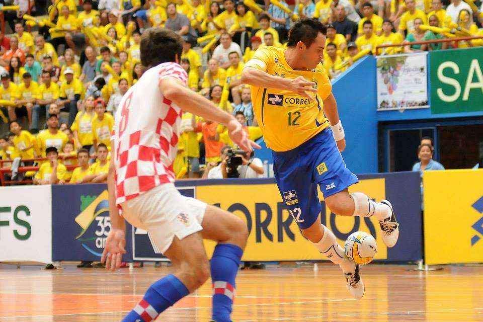 No futebol e tempo e no basquete