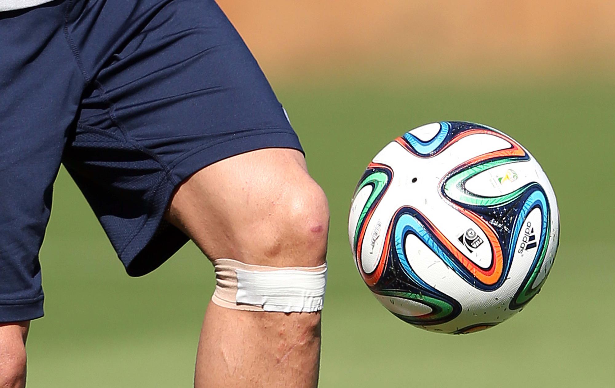 Cristiano Ronaldo volta a treinar com proteção no joelho esquerdo ... c1bfefad6e3e0