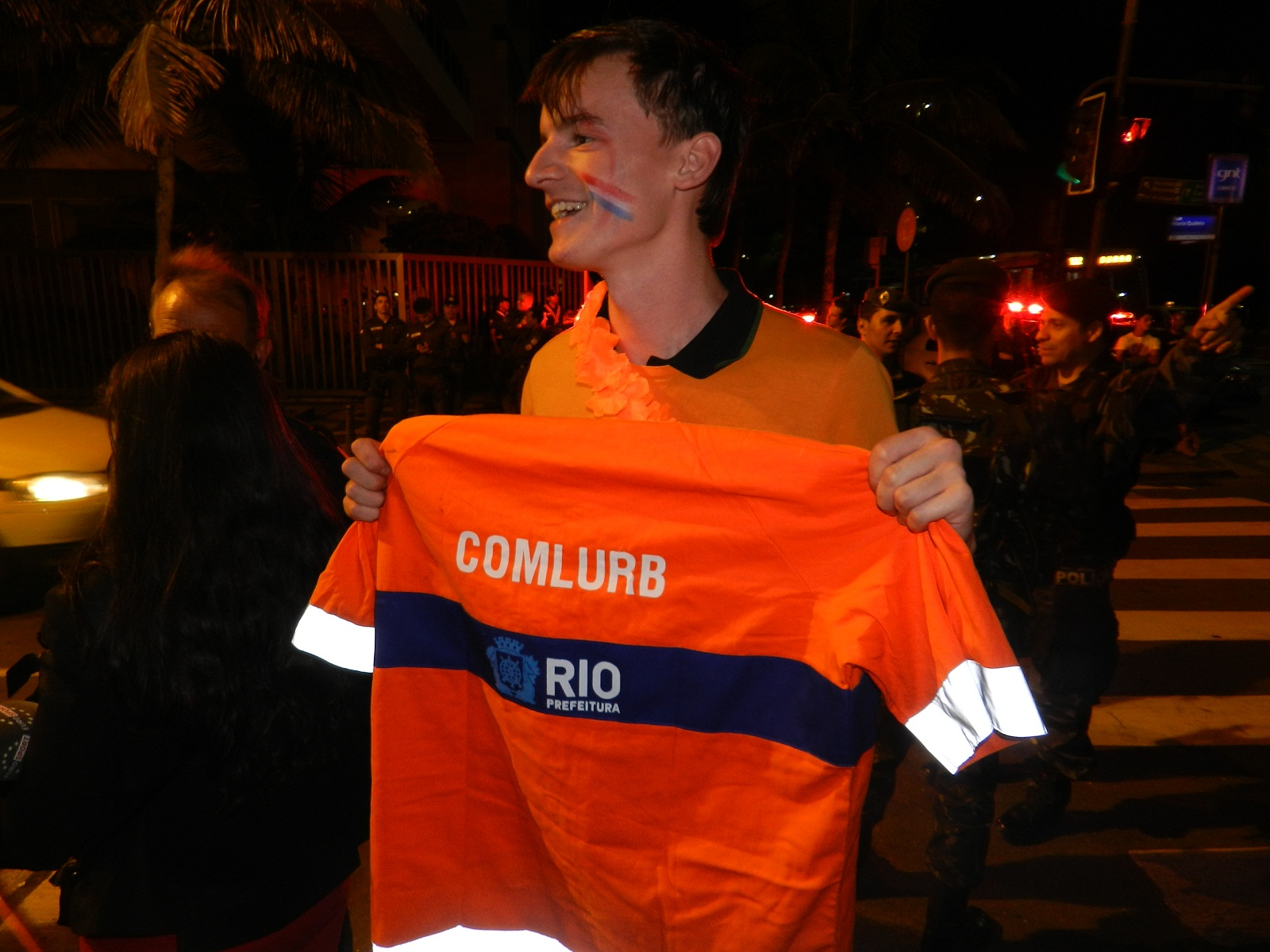 Holandês ganha uniforme de gari do Rio e o adota em goleada na estreia  eef782b9cb76b