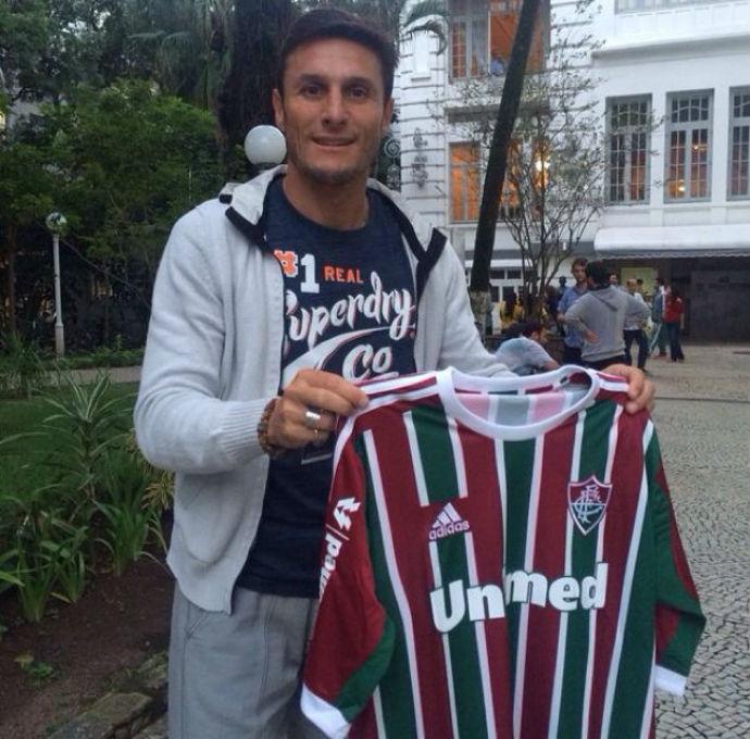 Javier Zanetti visita Laranjeiras e ganha até camisa do Fluminense ... 57a20419150bb