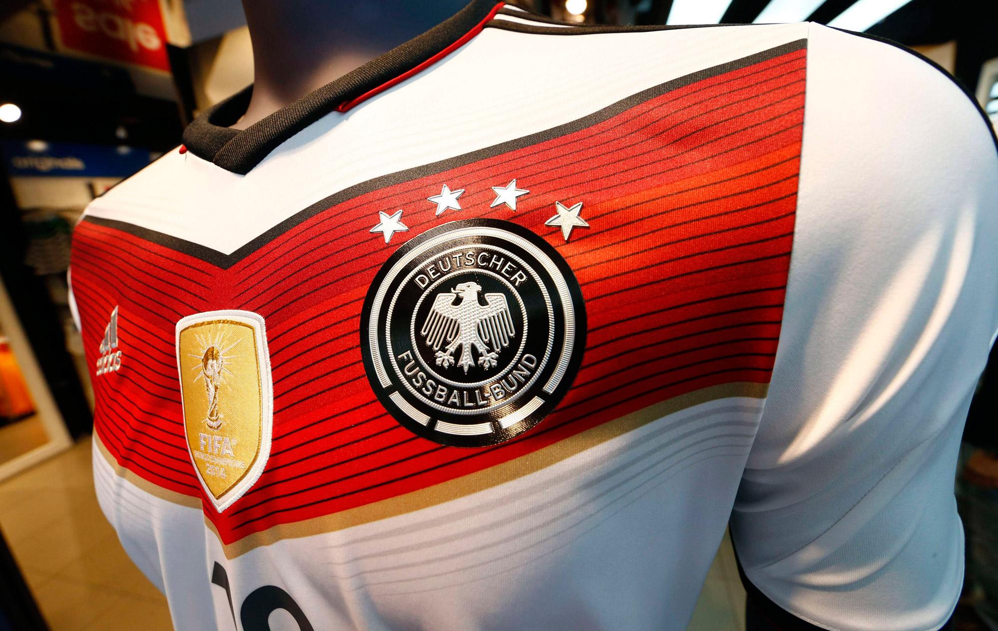 58ba16e8da Quatro estrelas  Alemanha ganha camisas comemorativas do tetra ...