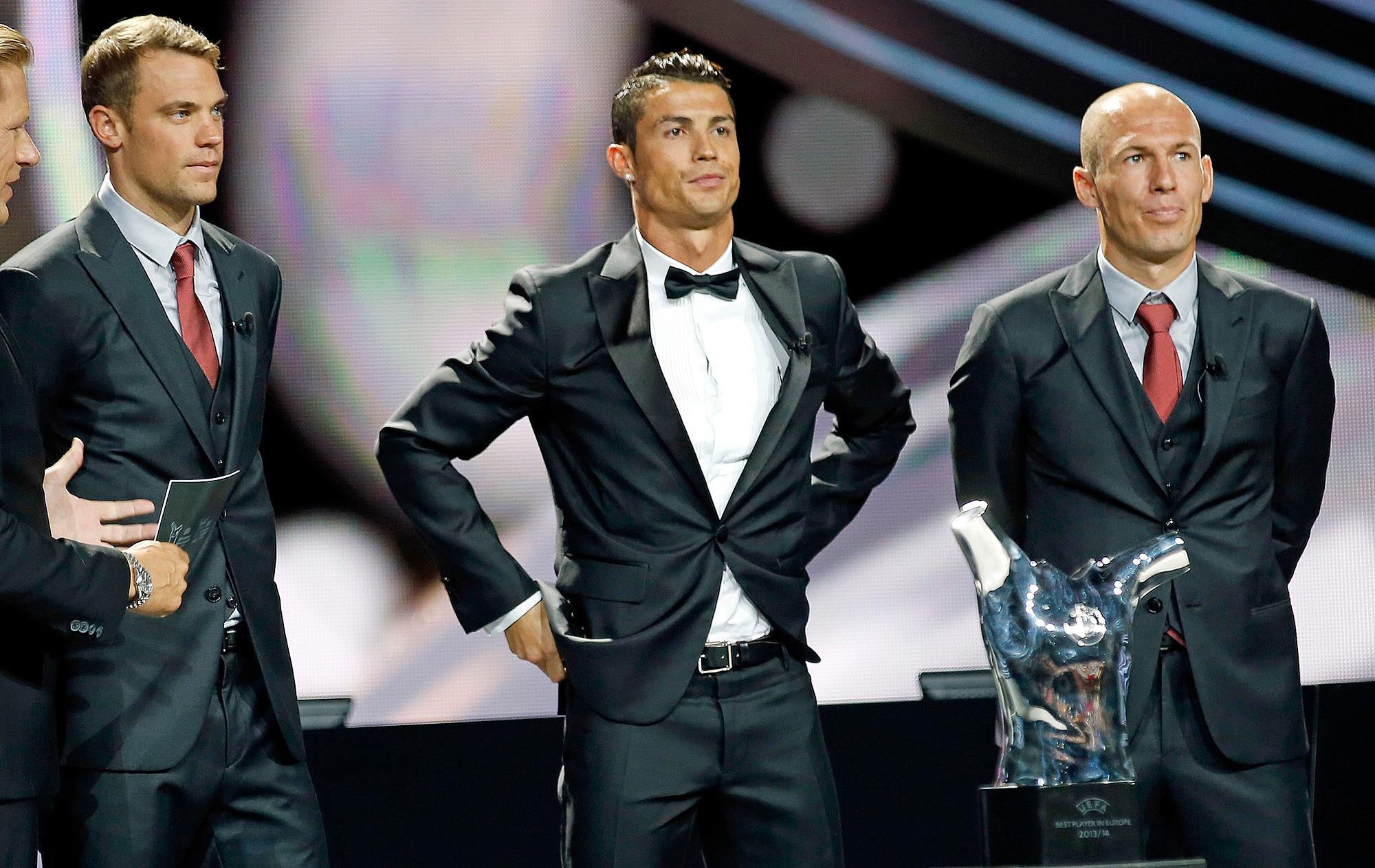 De Smoking Cristiano Ronaldo Rouba A Cena Ao Lado De