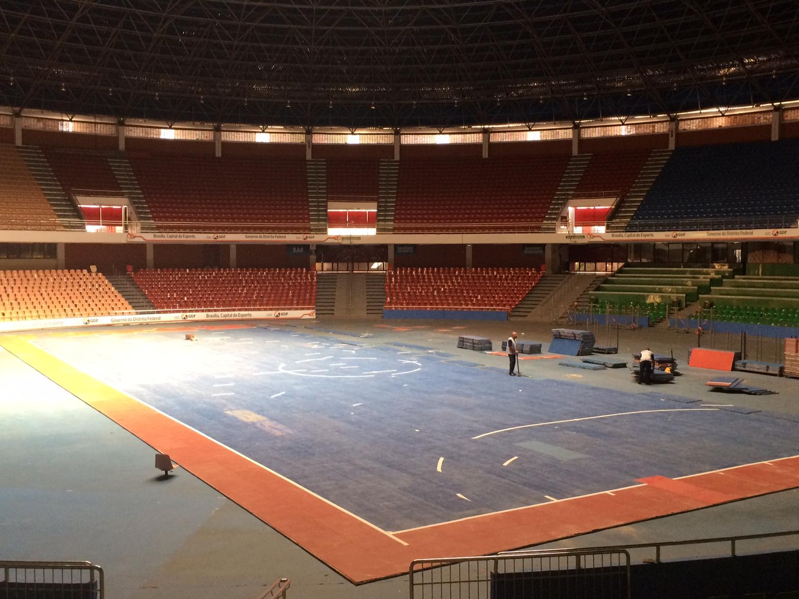 2d5c41ccd3afe Futsal no Mané Garrincha  quadra do amistoso começa a ser preparada ...