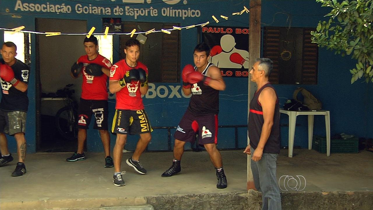 Professor de boxe supera dificuldades e treina alunos no quintal de ... - Globo.com