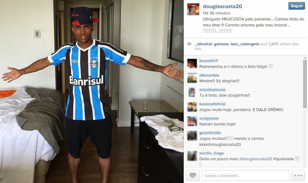 33f3bdcfd9f1e Douglas Costa posta foto com camisa do Grêmio após vitória sobre o Inter