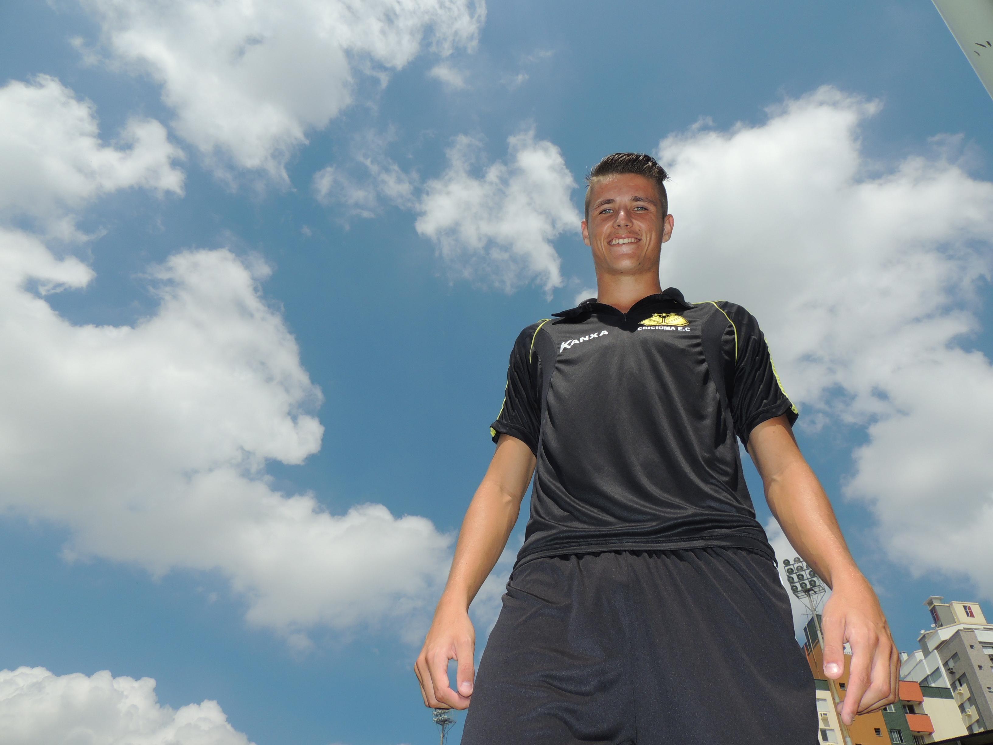 Iago Maidana apresenta maturidade proporcional à altura: 1,95m - Globo.com
