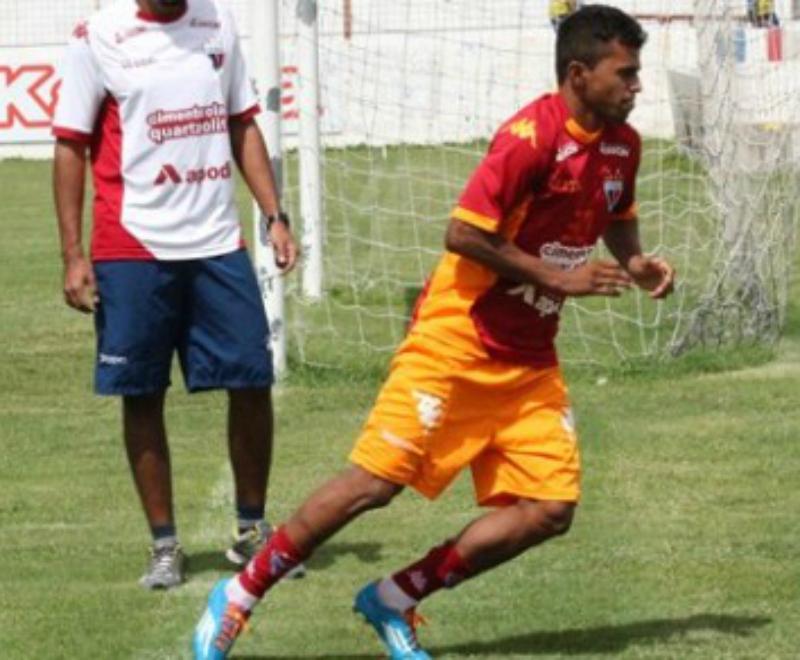Provável substituto de Radar, lateral Wanderson é regularizado no ... - Globo.com