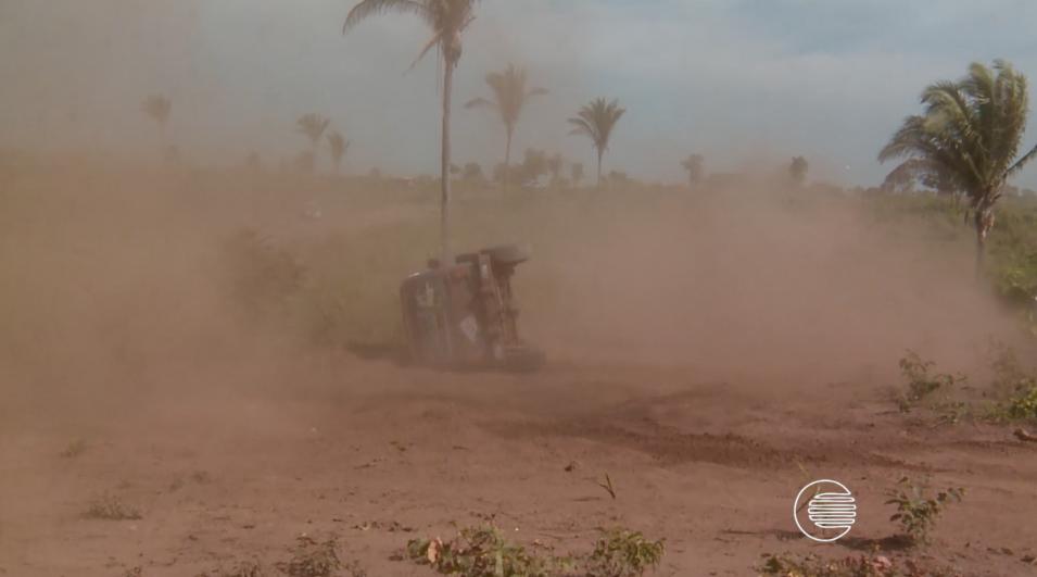 """Flagra: carro capota em nuvem de poeira, e piloto brinca: """"Erro de ... - Globo.com"""